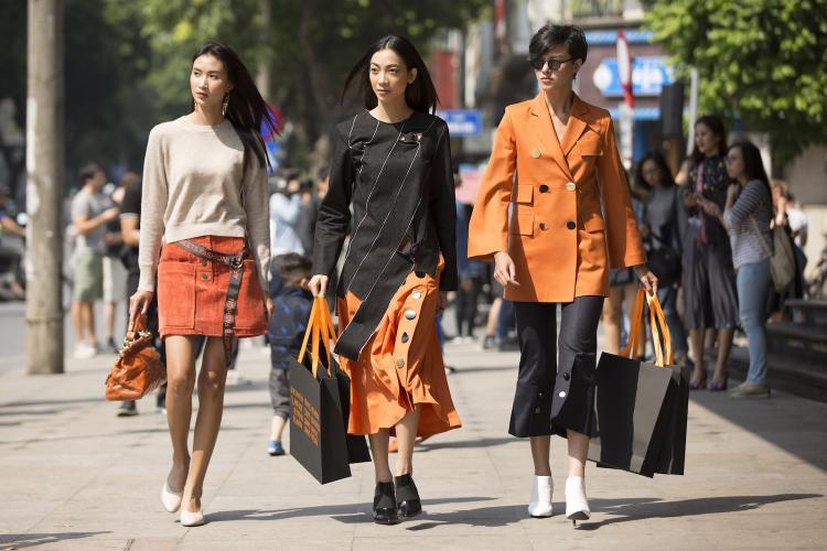 Dàn chân dài từ Next top Model Vietnam gây chú ý với những bộ cánh hiện đại và thanh lịch.Tuy nhiên, so với sự phá cách không giới hạn của các bạn trẻ thì sự lựa chọn trang phục của những tên tuổi này được cho là khá an toàn.