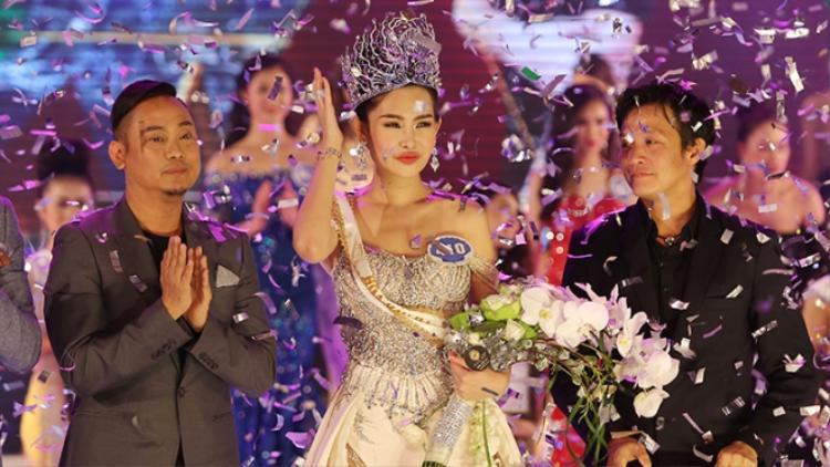 Lê Âu Ngân Anh trong đêm chung kết Hoa hậu Đại dương 2017.