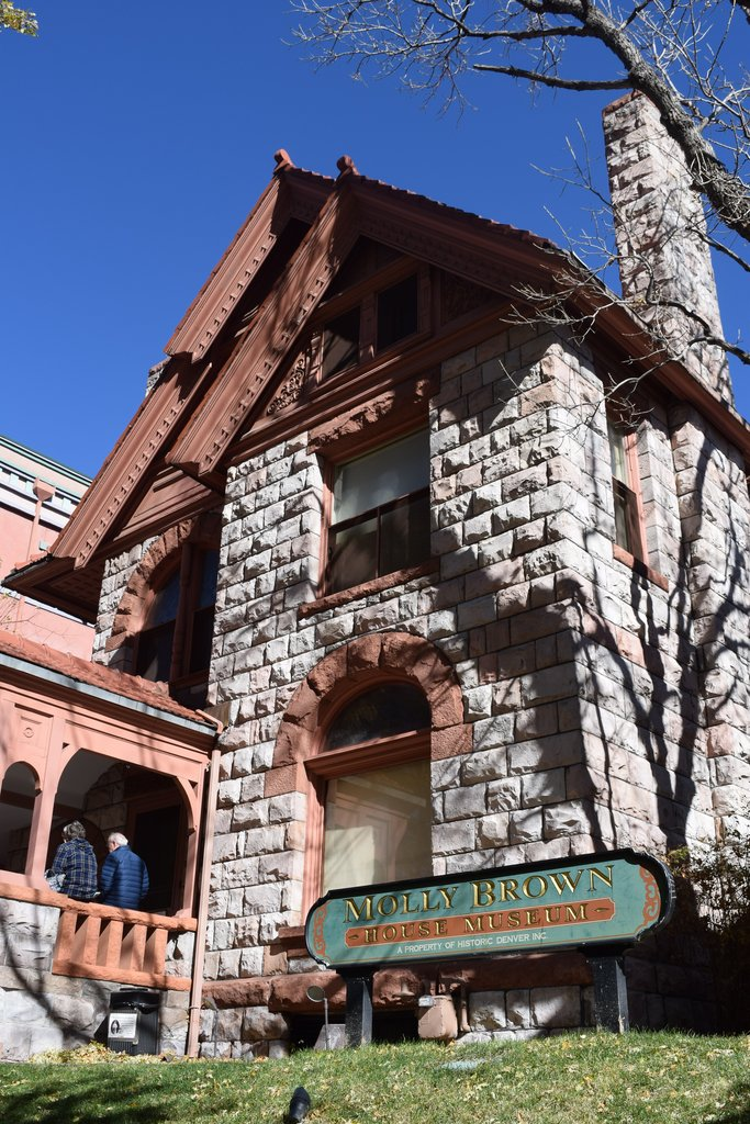 Ngôi nhà Molly Brown: Nếu bạn là một fan hâm mộ của câu chuyện Titanic, bạn có thể đã nhận ra cái tên Molly Brown. Margaret Brown đã trải qua phần lớn cuộc đời tại Denver và ngôi nhà cũ của bà bây giờ là một viện bảo tàng mà bạn có thể đến để tham quan.