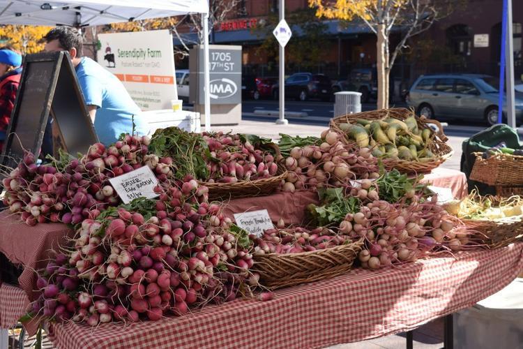 Chợ nông sản nằm rải rác quanh Denver và bạn có thể tìm thấy mọi thứ từ hàng hóa đến hàng bánh nướng ở đó.