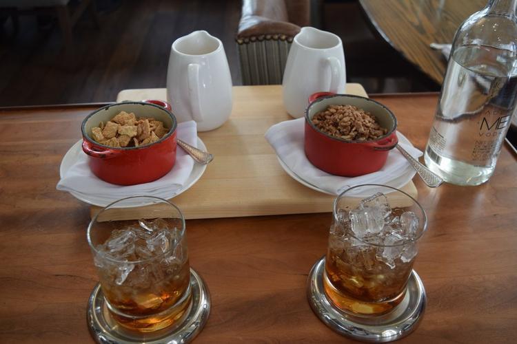 Nhà hàng Nickel với thực đơn tiêu chuẩn xuất sắc, một quán bar không đáy với món cocktail White Russian đặt biệt.