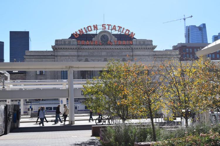 Nhà ga Union Stationlà một tòa nhà đáng yêu với các cửa hàng, quán bar, nhà hàng và là một nơi tuyệt vời để mọi người tham quan.
