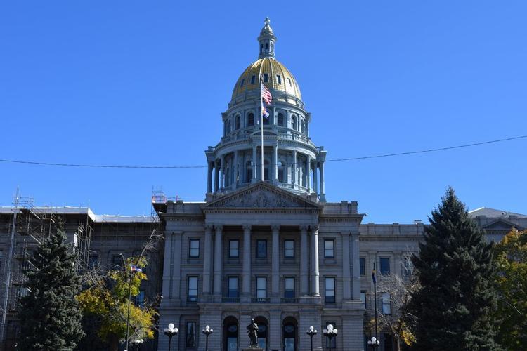 Tòa nhà Capitol: Bạn có thể đi vào tòa nhà và tham quan hoặc chiêm ngưỡng từ bên ngoài tùy ý. Nhưng tòa nhà đẹp này nhất định bạn không thể bỏ qua ở Denver!