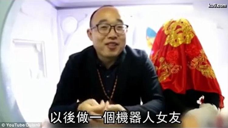 Zheng và vợ, robot Ying Ying, trong đám cưới hồi tháng 3.