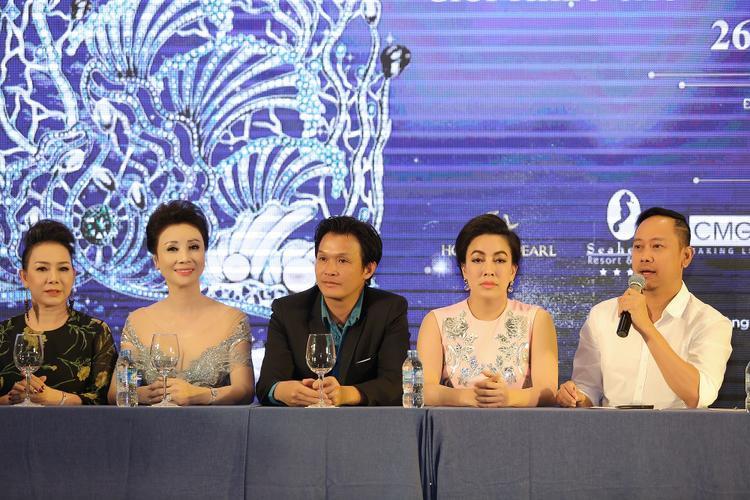 Từ trái qua: Giám khảo Ngọc Nga, Thúy Nga, Giám khảo Đường Thu Hương và NTK Võ Việt Chung