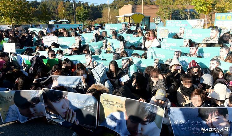 Hơn 400 fan đã chờ sẵn phía ngoài để đón chào anh chàng.