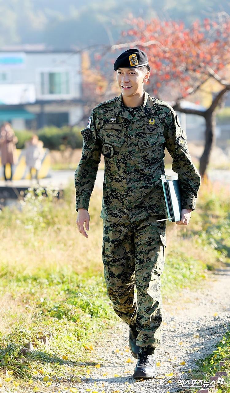 Nam diễn viên - MC nổi tiếng Lee Seung Gi chính thức ra quân ngày 31/10.