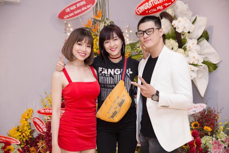 Ca sĩ Đinh Hương cũng đến chúc mừng Lâm Vinh Hải.