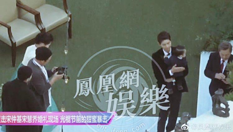 Vợ chồng Song Joong Ki - Song Hye Kyo cùng người nhà chụp ảnh trước khi cử hành hôn lễ.