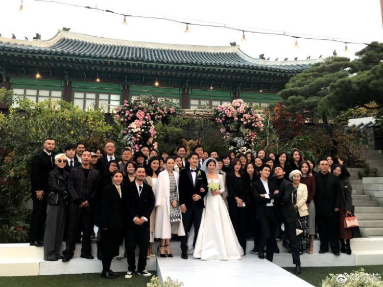 Park Hyung Sik, Yoo Ah In tạo dáng cực bá đạo trong bức ảnh chụp cùng vợ chồng Song Song.