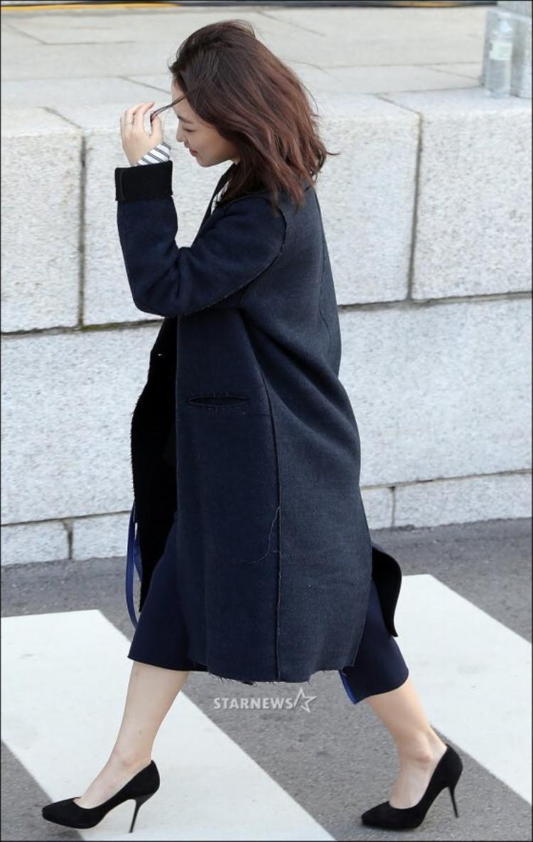 Park Bo Young tránh ống kính phóng viên.