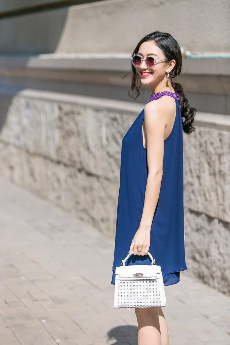Với chiếc đầm suông chất liệu voan không họa tiết, cùng phụ kiện đơn giản là kính mát nâu trầm, túi cầm tay đính đá, Hà Thu làm nên một phong cách vô cùng thanh lịch, thuần khiết cho riêng mình.