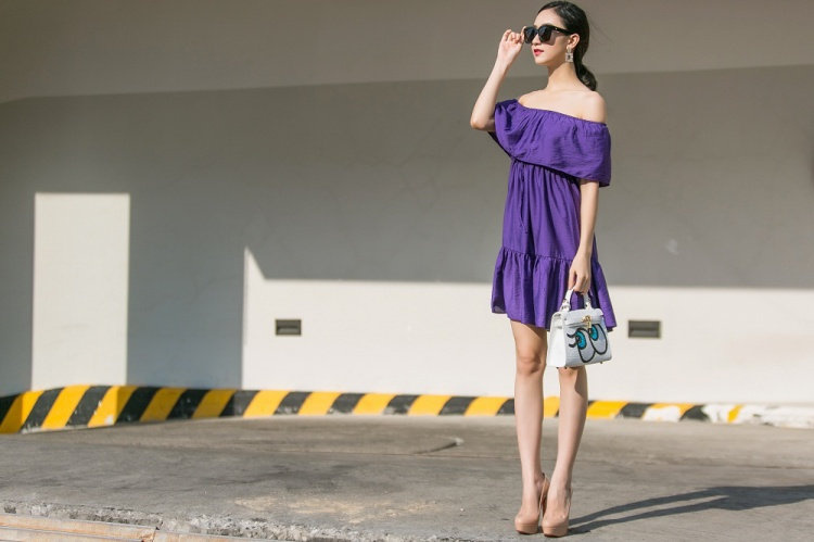 Drop waist dress trễ vai với gam tím mộng mơ làm nét đẹp mong manh của người đẹp xứ Huế bộc lộ rõ hơn bao giờ hết.
