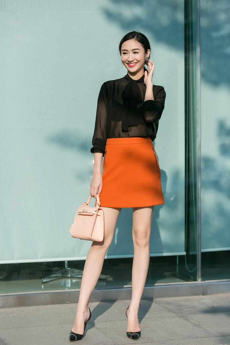 Áo voan xuyên thấu nhưng không hề gây phản cảm bởi sự kết hợp với bra cùng màu, chân váy mini trên gối với gam màu cam nổi bật là sự lựa chọn khôn ngoan trong trường hợp này, giúp người đẹp khoe trọn đôi chân dài miên man.
