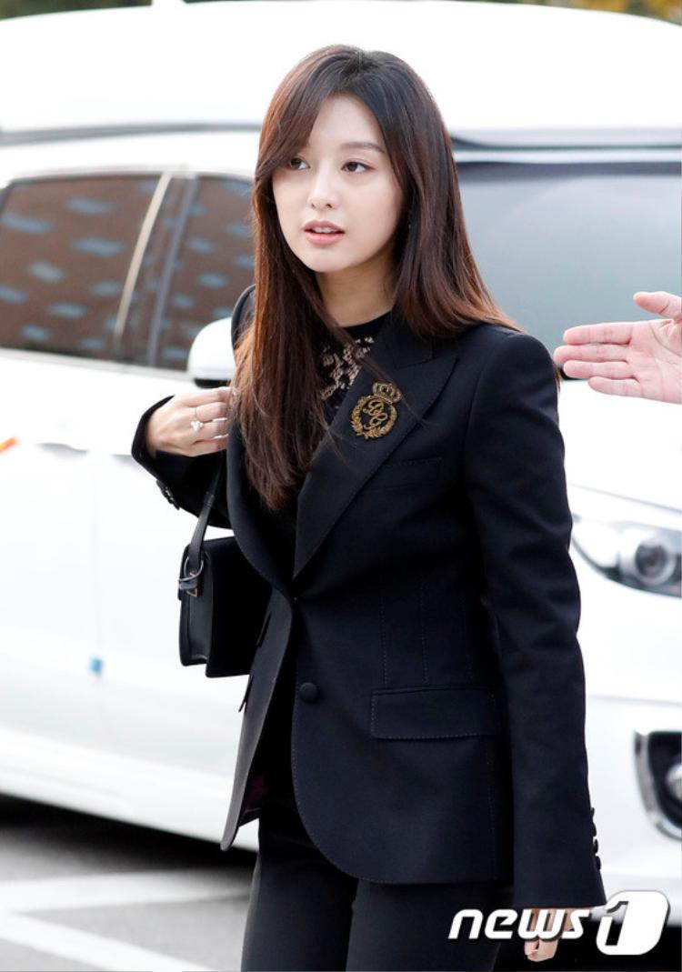 Nữ diễn viên Kim Ji Won của Hậu duệ mặt trời xuất hiện giản dị với cây đen nhưng vô cùng xinh đẹp.
