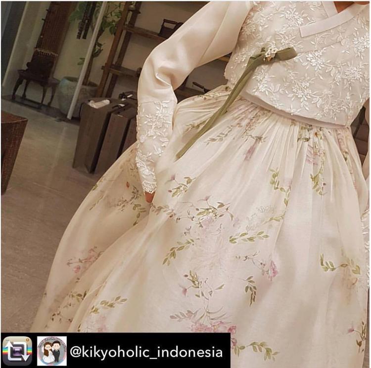 Hình ảnh váy cưới củaSong Hye Kyo được người hâm mộ hào hứng chia sẻ và hết lời khen ngợi.