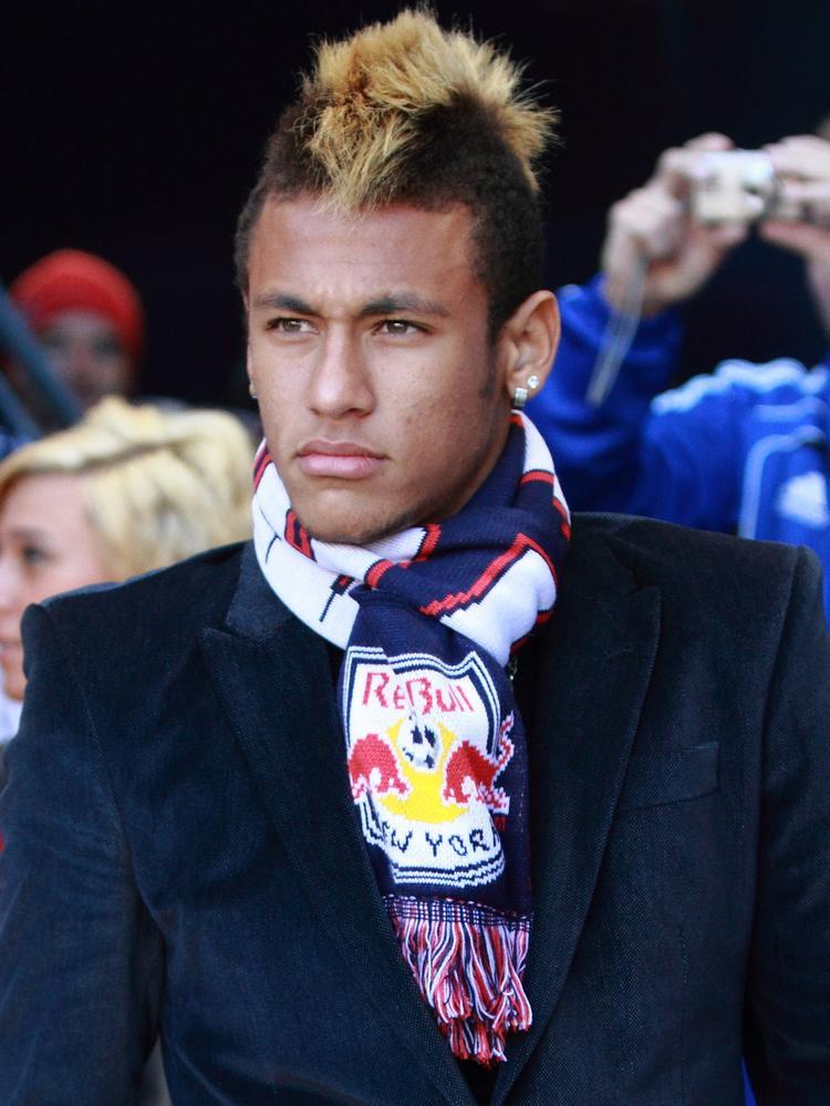 """Phong cách thời trang """"nổi loạn"""" của Neymar khi còn thi đấu ở Brazil"""