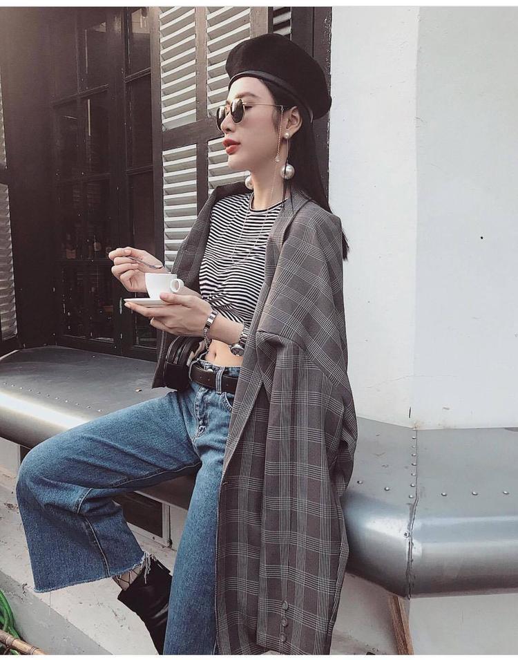 """Angela Phương Trinh vẫn luôn là người bắt nhịp nhanh xu hướng thời trang với chiếc mũ baret và fanny pack là những item đang gây sốt hiện nay. Ngoài ra, """"bà mẹ nhí"""" còn cập nhật trong tủ đồ của mình loạt xu hướng áo croptop, măng-tô,… được mix&match như một icon thời trang chính hiệu."""