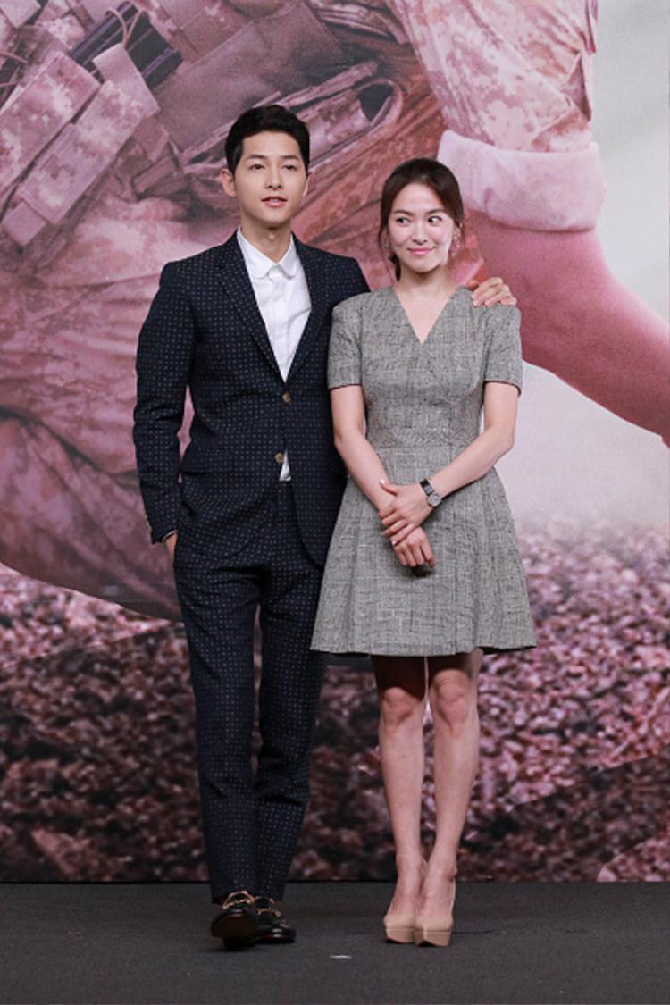 Dù đi dày cao gót nhưngSong Hye Kyo vẫn rất nhỏ bé so với ông xã.