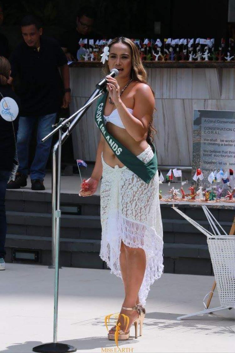 """Người đẹp đảo Cook có gout ăn mặc kém sang, sến sẩm khi kết hợp quá nhiều phụ kiện trên trang phục của mình. Bên cạnh đó, cô cũng là một trong những thí sinh sở hữu thân hình """"phì nhiêu"""" của cuộc thi."""