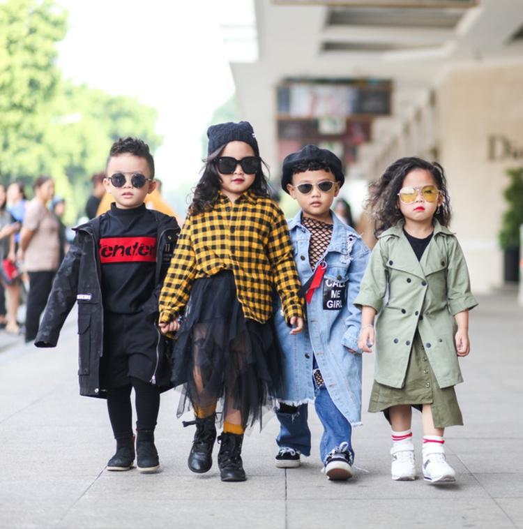 """Các nhóc tì này chứng tỏ dù """"chân chưa đủ dài"""" nhưng cũng tự tin diện đồ cực chất, không kém người mẫu chuyên nghiệp."""