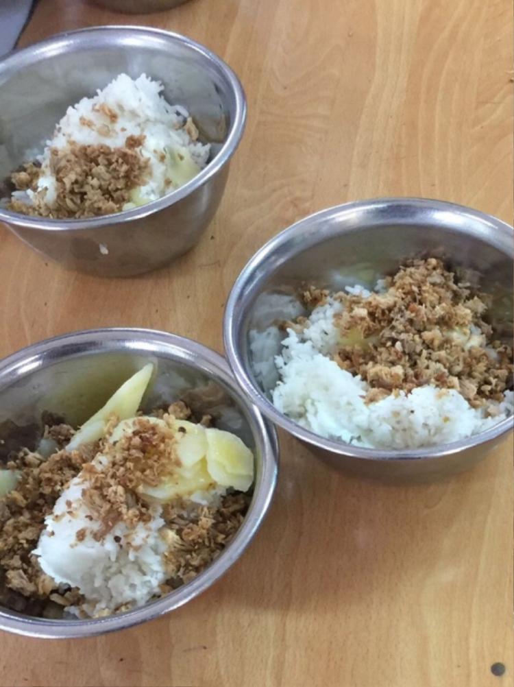 Hình ảnh bữa ăn đạm bạc của học sinh được phụ huynh chụp lại.