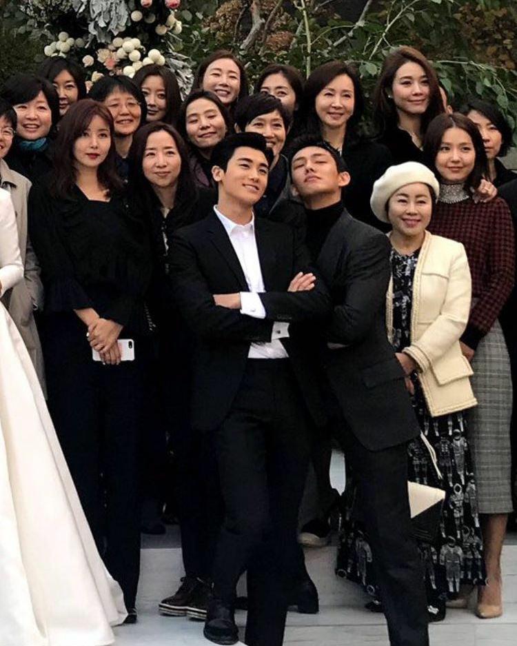 Yoo Ah In và biểu cảm nhí nhố trong hình chụp kỷ niệm đám cưới.