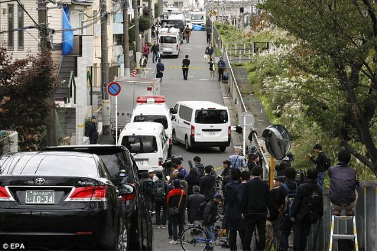 Báo chí, cảnh sát tập trung bên ngoài căn hộ nơi tìm thấy 9 thi thể.