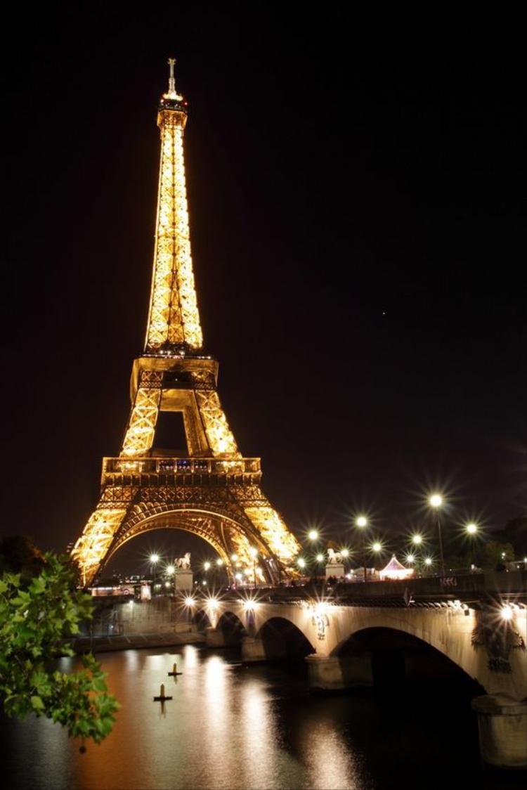 Bạn có biết: chụp hình tháp Eiffel ban đêm là phạm pháp