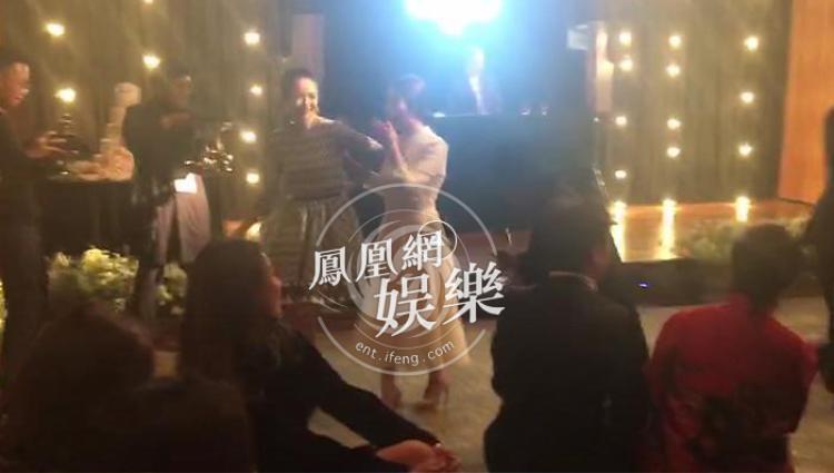 Do hiện tại Hàn Quốc có tang lễ của nam diễn viên Kim Joo Hyuk nên một số bạn bè của cặp đôi xin ra về sớm. Những người bạn thân thiết còn ở lại như Chương Tử Di, Choi Ji Woo, Yoo Ah In, Park Bo Gum…