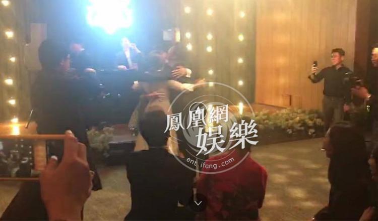 Cuối bài nhảy, họ ôm nhau để chúc mừng hạnh phúc cặp đôi.