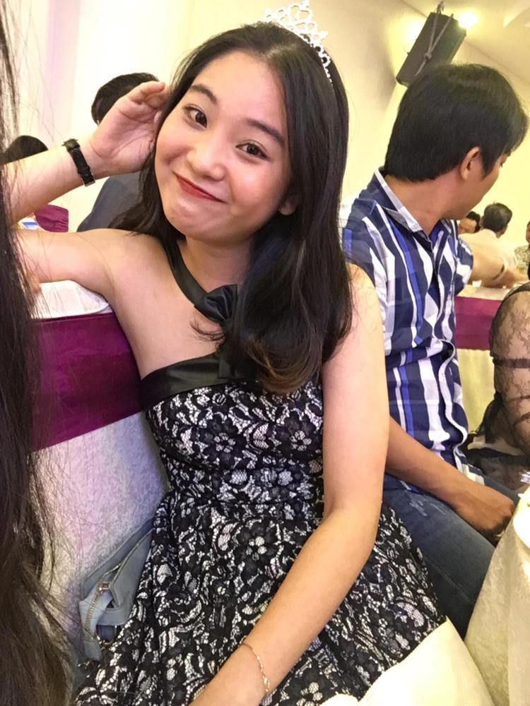 Vương Quỳnh là cô nàng khá hoà đồng, vui vẻ, luôn tạo tiếng cười cho người đối diện.