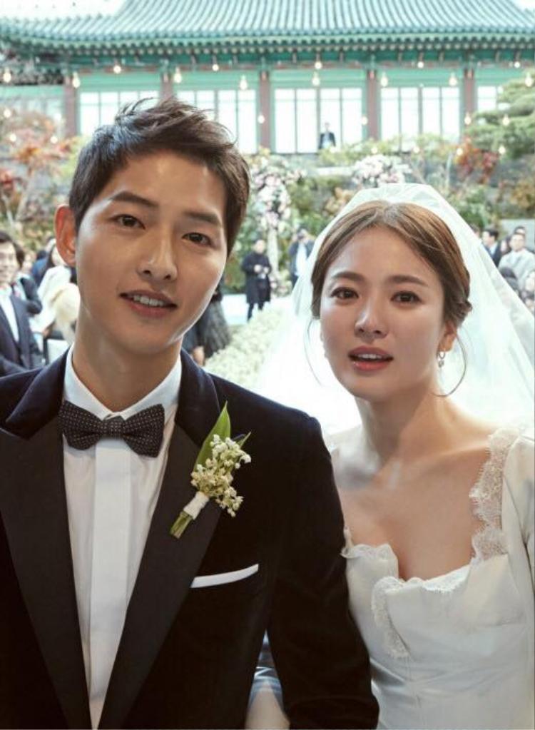 Đây là hình ảnh Song Hye Kyo và Song Joong Ki trước khi thực hiện các nghi lễ kết hôn. Có thể thấy nhan sắc đỉnh cao của cặp đôi, đặc biệt là sự đằm thắm động lòng người của Song Hye Kyo.