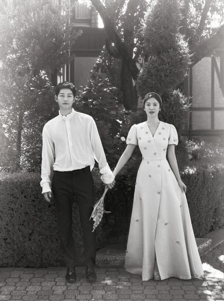Song Joong Ki và bà xã xinh đẹp trong một tấm hình đen trắng. Song Hye Kyo rạng rỡ, đẹp như thiên thần.