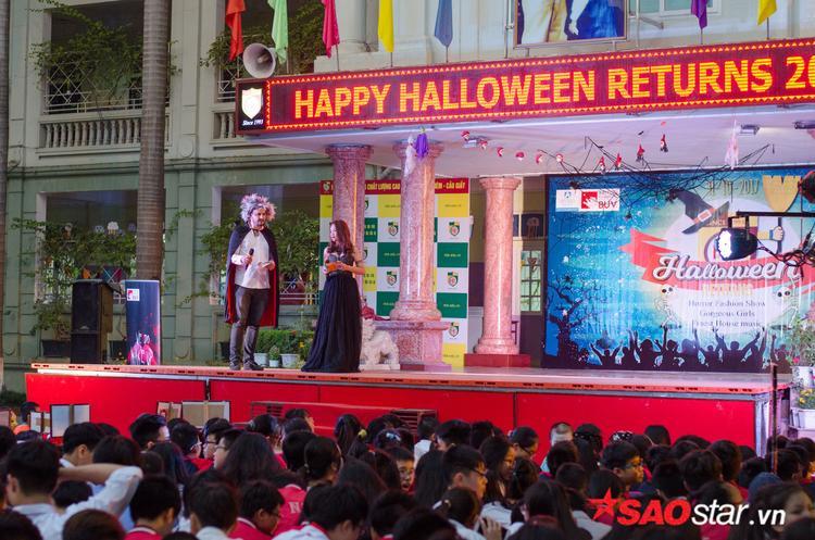 Sân khấu tuy trang trí đơn giản nhưng được lắp đặt hệ thống đèn và loa sân khấu chuyên nghiệp