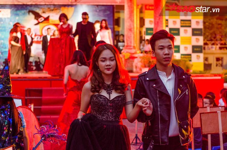 Các bạn học sinh còn hóa thân vào các model trình diễn thời trang trong ngày Halloween.