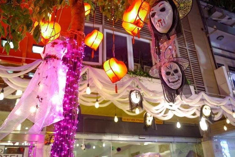 Các địa điểm vui chơi, ăn uống đã được trang hoàng theo phong cách khá kinh dị từ nhiều ngày trước.