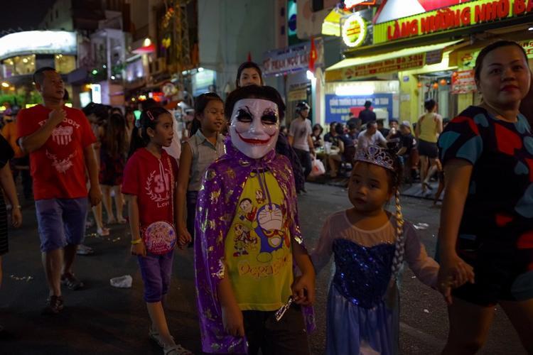 Nhiều thây ma đổ ra đường chơi Halloween, phố đi bộ ở Sài Gòn kẹt cứng