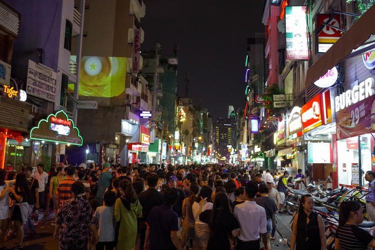 """Ngay từ chiều tối 31/10, đường Bùi Viện có rất đông người, trong đó có rất nhiều khách nước ngoài. Ai cũng khoác lên mình một bộ cánh thật """"rùng rợn""""."""