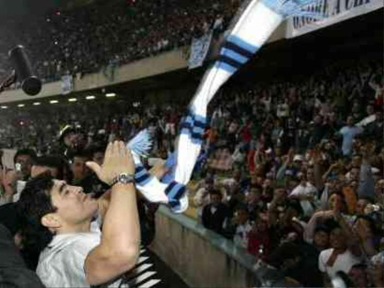 Diego Maradona với nụ hôn từ biệt CĐV Napoli tại San Paolo năm 2005