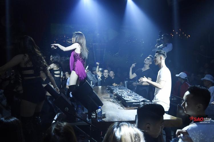 Màn biểu diễn sôi động và nóng bỏng của cô cùng 2 DJ/Producer hàng đầu là SlimV và Nimbia.