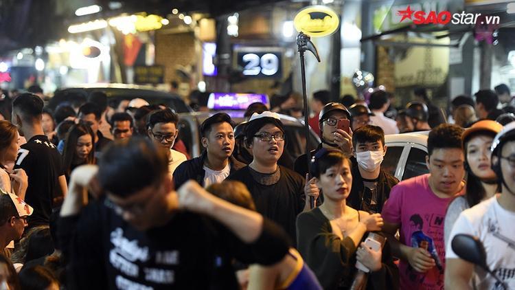 Hàng nghìn bạn trẻ đổ về phố cổ dạo chơi dịp Halloween.