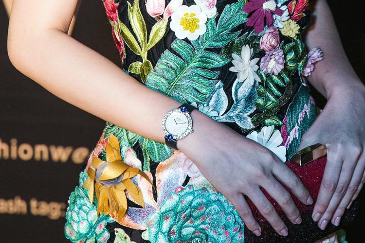 Cận cảnh đồng hồ giá trị 1,2 tỷ triệu đồng mà Jolie Nguyễn không ngại đầu tư cho lần xuất hiện tại Hà Nội mới đây.
