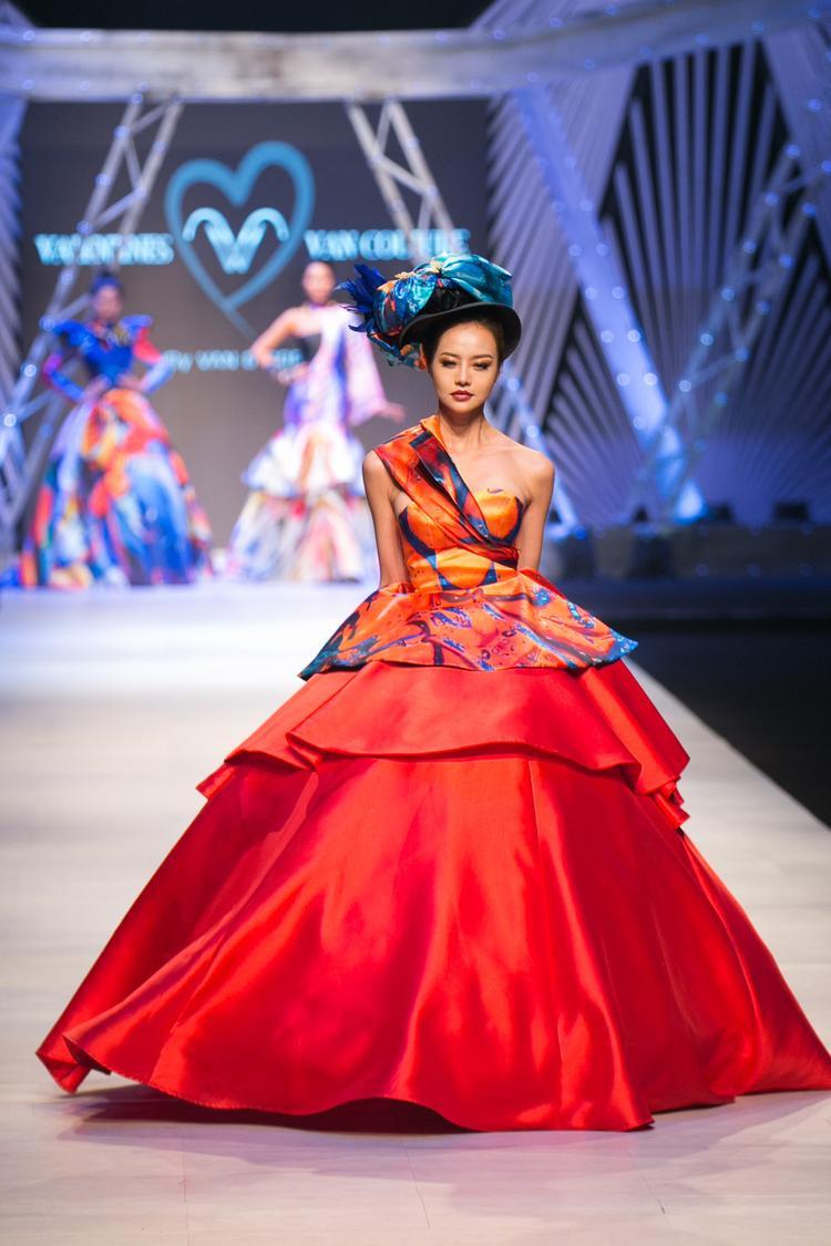Hoa hậu Kiều Ngân mở màn show diễn với bộ đầm đỏ nổi bật.