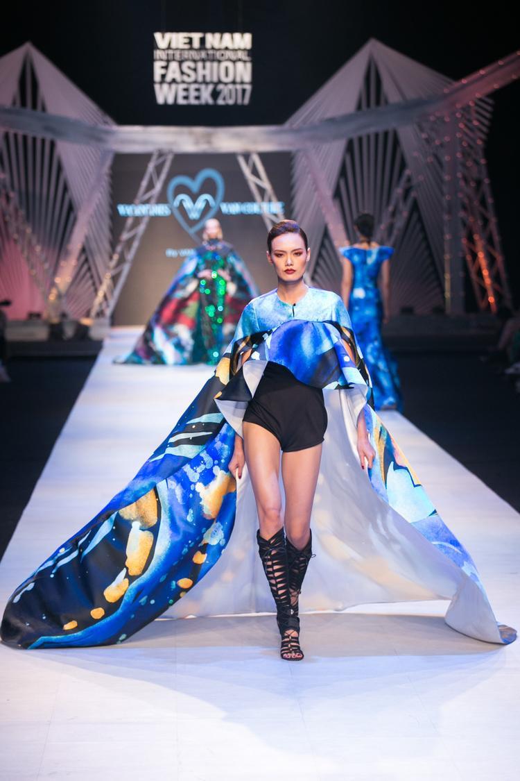 Chất liệu chính của bộ sưu tập là vải nhập nguyên khối từ Nhật, được in lên những đường vẽ màu lấy tông xanh dương làm chủ đạo.