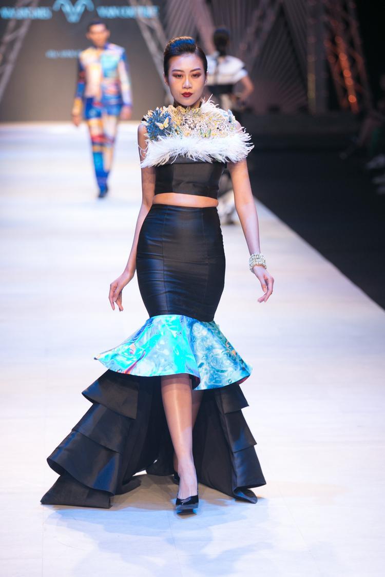 """Kikki Lê của """"team sang"""" xuất hiện với bộ đầm đen đính lông vũ ấn tượng""""."""