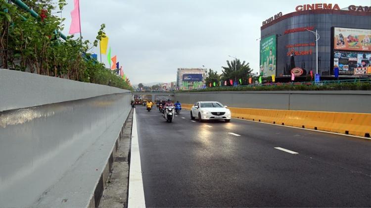 Những chiếc xe đầu tiên lưu thông qua hầm chui trăm tỷ, chấm dứt những ngày ùn tắc giao thông nghiêm trọng tại cửa ngõ trung tâm của TP Đà Nẵng.