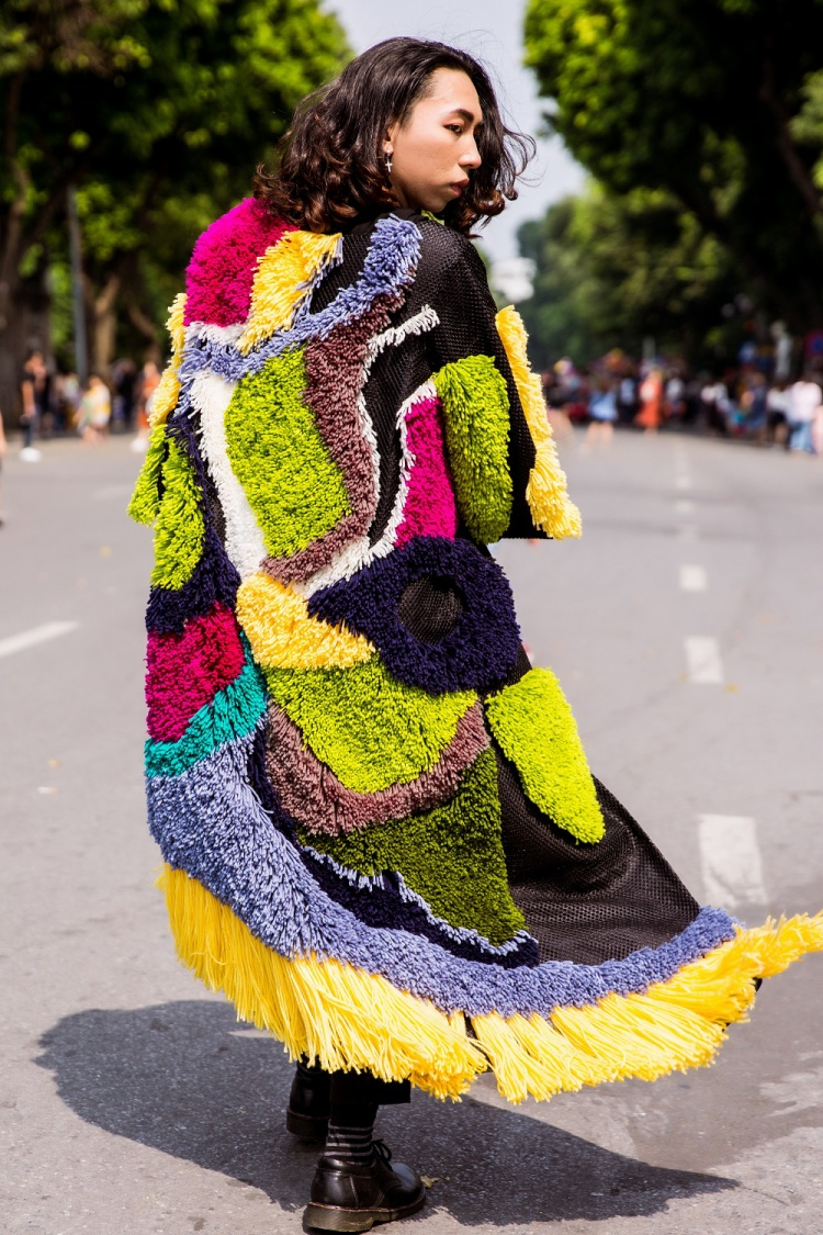 """""""Phá cách hết nấc"""" là những nhận xét dành cho fashionisto này! Kiểu áo lông dáng dài phối mảng màu nổi bật khiến anh chàng này thu hút hết mọi ánh nhìn trên phố."""