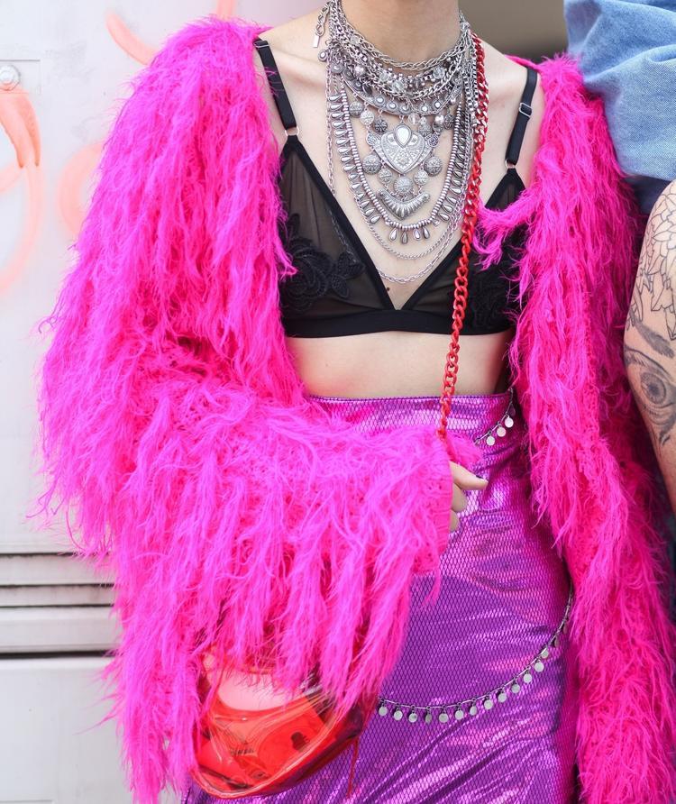Ngoài ra, bất chấp tiết trời hanh khô của Hà Nội, các tín đồ thời trang còn sẵn sàng thả dáng trong các trang phục bằng chất liệu lông, được mix, match theo nhiều cách thú vị khác nhau. Đơn cử như cách cô nàng này phối áo khoác lông tông màu hồng neon kèm bra top và chân váy sequin lấp lánh, không thể thiếu dây chuyền bản to làm điểm nhấn nổi bật.