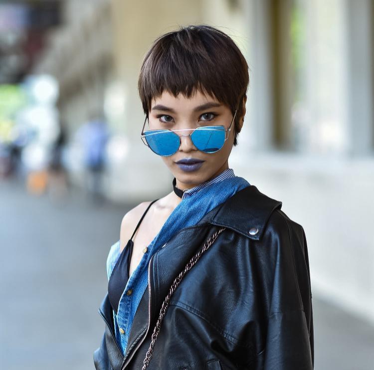 Nếu vẫn còn e dè, có thể sử dụng phụ kiện màu sắc nhấn nhá một tí trên trang phục. Như cách phối kính mát xanh tráng gương nổi bật giống tín đồ thời trang này.
